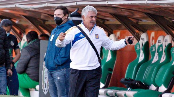 Ricardo Ferretti es suspendido un juego por fumar en la banca en el partido entre Santos y Tigres